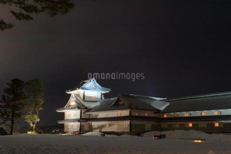 冬の金沢城 二の丸広場より菱櫓と五十間長屋 ライトアップの写真素材 [FYI01799681]