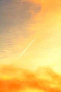 朝焼け空に飛行機雲の写真素材 [FYI01799703]