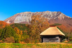 かやぶき小屋と紅葉に大山の写真素材 [FYI01799710]