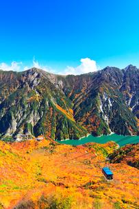 秋の立山 黒部湖と立山ロープウェイに紅葉の写真素材 [FYI01799715]