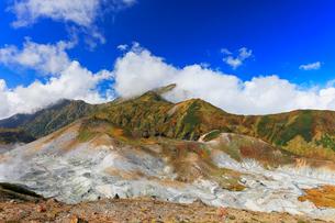 秋の立山連峰・大日連山と地獄谷の写真素材 [FYI01799720]