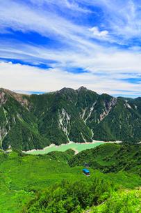 立山ロープウェイと黒部ダムに後立山連峰の写真素材 [FYI01799747]