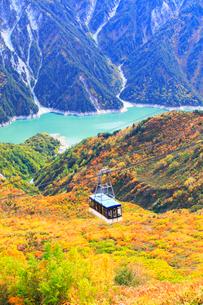 秋の立山・黒部湖と紅葉に立山ロープウェイの写真素材 [FYI01799781]