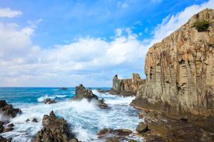 冬の日本海・東尋坊に寄せる波の写真素材 [FYI01799802]