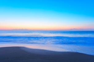 夜明けの海の写真素材 [FYI01799830]
