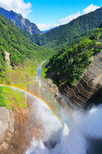 黒部ダム観光放水と虹の写真素材 [FYI01799835]