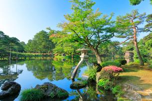 兼六園・ことじ灯籠と霞ヶ池の写真素材 [FYI01799843]