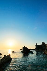 東尋坊より日本海に夕日の写真素材 [FYI01799854]