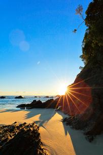 浜辺に朝日の写真素材 [FYI01799855]
