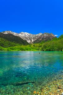 上高地・大正池より快晴の空と残雪の穂高連峰の写真素材 [FYI01799856]