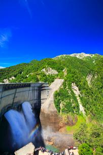 夏の立山 黒部ダム観光放水と虹の写真素材 [FYI01799857]