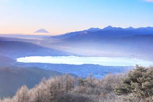 霧氷の高ボッチ高原より朝の富士山と諏訪湖の写真素材 [FYI01799884]