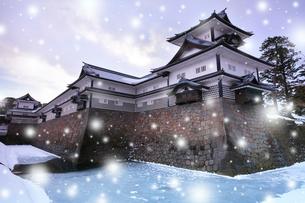冬の金沢城 菱櫓に五十間長屋と橋爪門続櫓に降雪の写真素材 [FYI01799885]