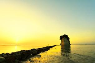 北陸能登半島 見附島に朝日の写真素材 [FYI01799886]