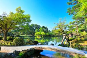 北陸金沢 兼六園の霞ヶ池の写真素材 [FYI01799892]