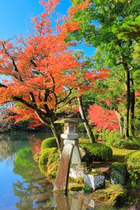 秋の兼六園・ことじ灯籠に紅葉の写真素材 [FYI01799894]