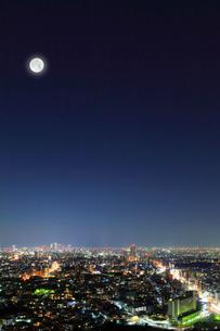 名古屋の街明かりと夜空に月の写真素材 [FYI01799962]