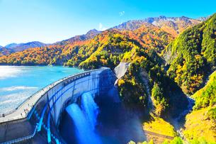 秋の立山 黒部ダム観光放水と紅葉の山並みの写真素材 [FYI01799976]