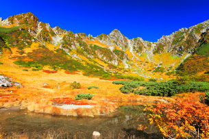 秋の中央アルプス千畳敷カール・剣ヶ池からの紅葉と快晴の空の写真素材 [FYI01799999]