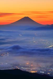 高ボッチ高原より夜明けの富士山と諏訪の街明かりに雲海の写真素材 [FYI01800021]