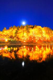 香嵐渓 紅葉に月ライトアップ夜景の写真素材 [FYI01800029]