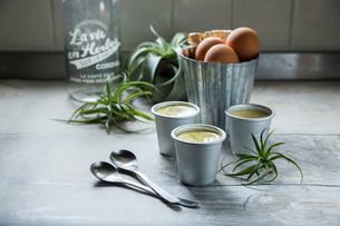 アルミカップに入った手作りプリンと卵の写真素材 [FYI01800033]