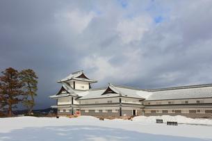 冬の金沢城 二の丸広場より菱櫓と五十間長屋の写真素材 [FYI01800040]