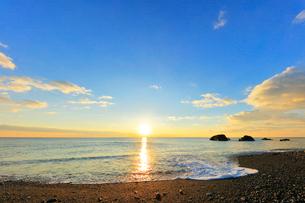 熊野古道 七里御浜と朝日の写真素材 [FYI01800045]
