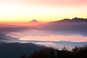 高ボッチ高原より朝焼けの富士山と諏訪湖の写真素材 [FYI01800051]