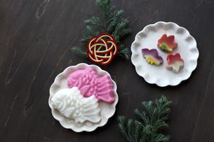 新年のテーブル,こまごま並べたお節料理と水引の写真素材 [FYI01800069]
