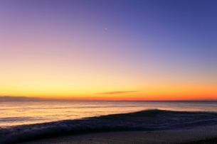 夜明けの海の写真素材 [FYI01800071]