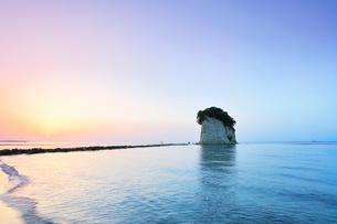 北陸能登半島 見附島に朝日の写真素材 [FYI01800095]