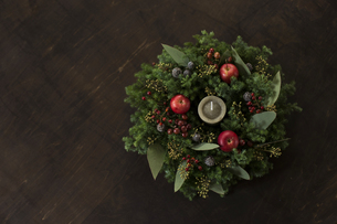 姫リンゴとグリーンのナチュラルなクリスマスリースのアレンジメントの写真素材 [FYI01800100]