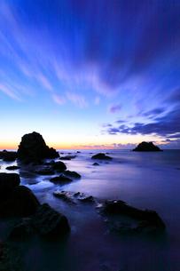 浜辺に寄せる波と空に雲の写真素材 [FYI01800108]