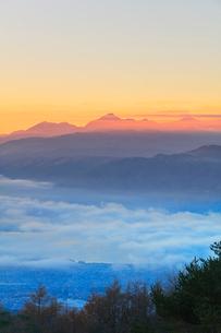 高ボッチ高原より朝焼けの南アルプスの山並みと雲海の写真素材 [FYI01800118]