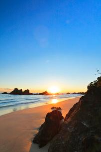 浜辺に朝日の写真素材 [FYI01800133]