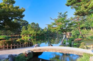 兼六園・ことじ灯籠と霞ヶ池に虹橋の写真素材 [FYI01800137]