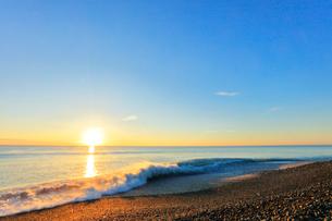 浜辺に寄せる波と朝日の写真素材 [FYI01800148]