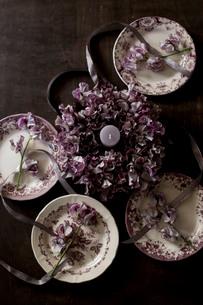 アンティークのお皿とスイートピーのフラワーリースの写真素材 [FYI01800156]