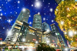 名古屋駅周辺の高層ビルと小雪降るイルミネーション 夜景の写真素材 [FYI01800158]