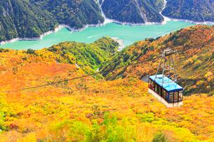 秋の立山・黒部湖に遊覧船と立山ロープウェイの写真素材 [FYI01800181]