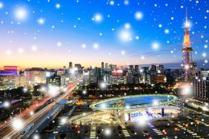 小雪降るオアシス21と名古屋テレビ塔 夕景の写真素材 [FYI01800183]