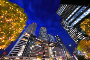 名古屋駅周辺の高層ビルとイルミネーション 夜景の写真素材 [FYI01800186]