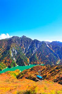 秋の立山 黒部湖と立山ロープウェイに紅葉の写真素材 [FYI01800213]