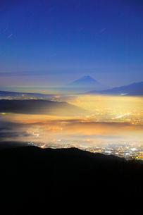 高ボッチ高原より富士山に星空と諏訪の街明かりに雲海の写真素材 [FYI01800218]