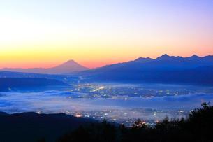 高ボッチ高原より夜明けの富士山と諏訪湖に街明かりの写真素材 [FYI01800222]