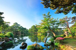 兼六園・ことじ灯籠と霞ヶ池の写真素材 [FYI01800224]