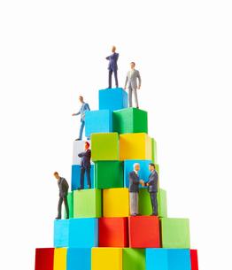 積み木の上のビジネスマンの写真素材 [FYI01800225]