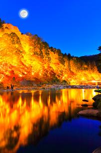 香嵐渓 紅葉と待月橋に月ライトアップ夜景の写真素材 [FYI01800245]