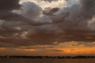 夕暮れのスワンリバーに現れた雨雲の写真素材 [FYI01800274]